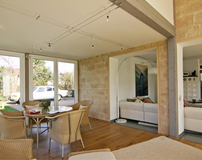 rinteln – anbau an ein wohnhaus - die zwischendecke ist der boden des erweiterten kinderzimmers. wandbekleidung aus steinimitat