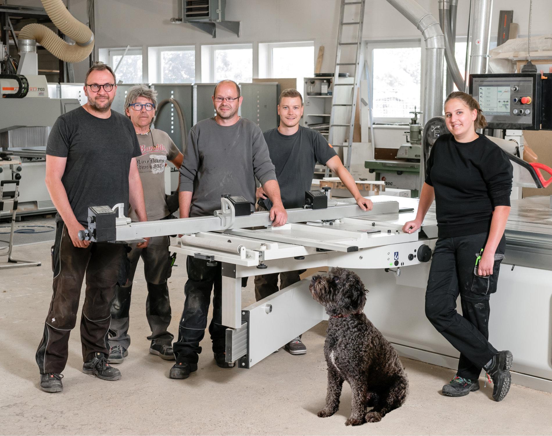 tischlerei altfeld - teamfoto mit hund
